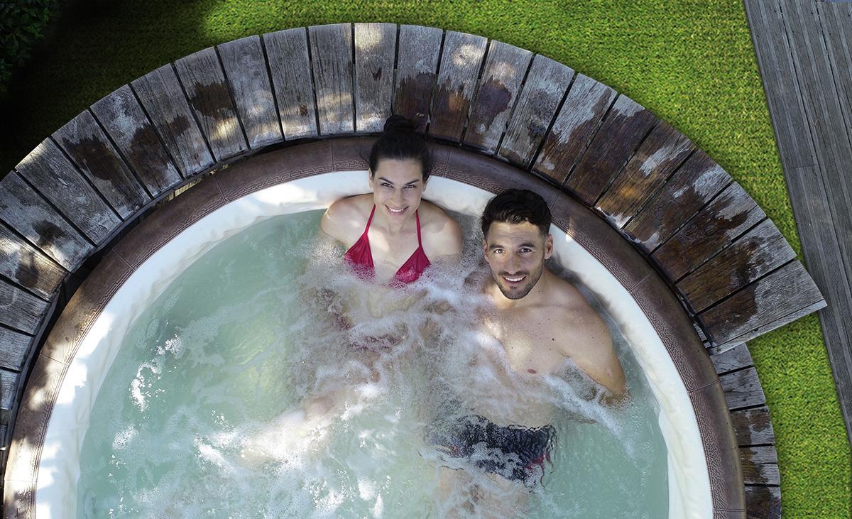 la-piscina-in-giardino-idromassaggio-grassgreen
