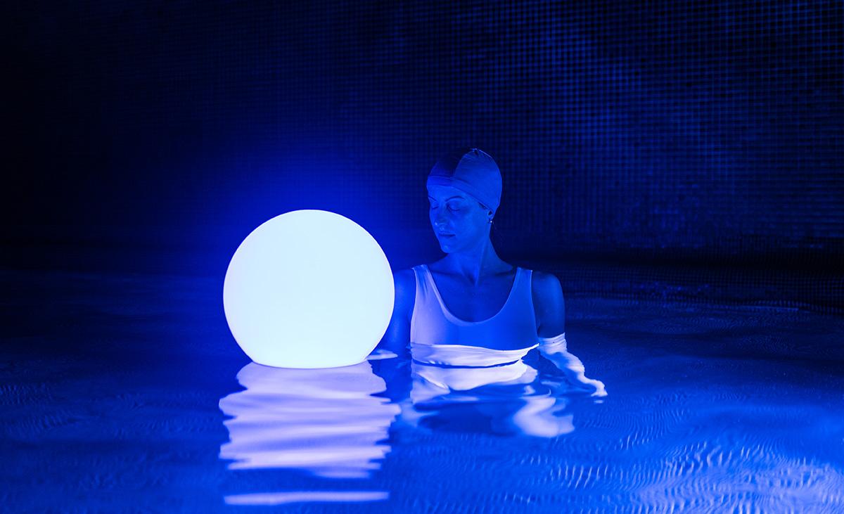 la-piscina-in-giardino-luce